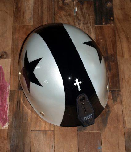 casque-vintage-etoile-noir-blanc-custom-aerographie (1)