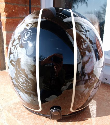 casque-vintage-pin-up-noir-blanc-dentelle-custom-aerographie (2)