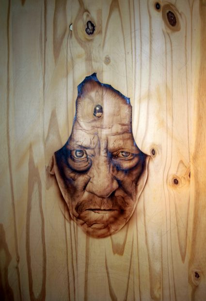 danny-trejo-portrait-bois-transparence-custom-aerographie (1)