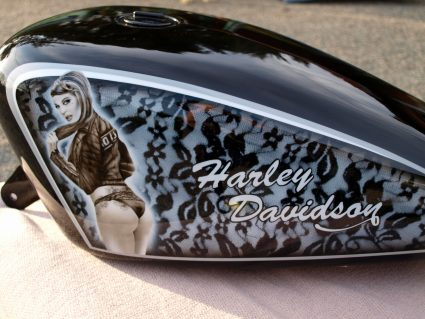 harley-pin-up-dentelle-noir-blanc-custom-aerographie (7)