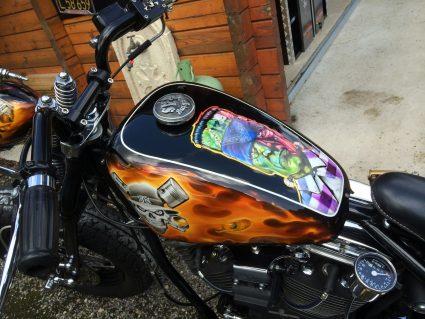 moto-flamming-flammes-dollars-harkey-davidson-custom-aerographie (3)