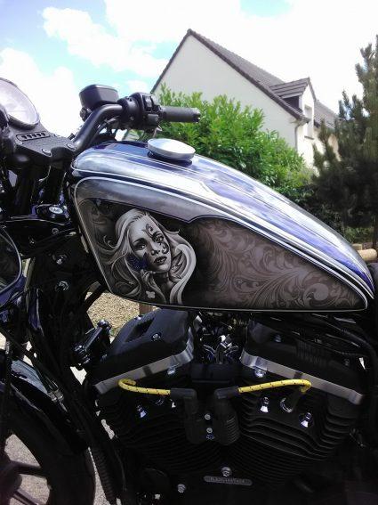 moto-sportster-graphix-bleu-custom-aerographie (1)