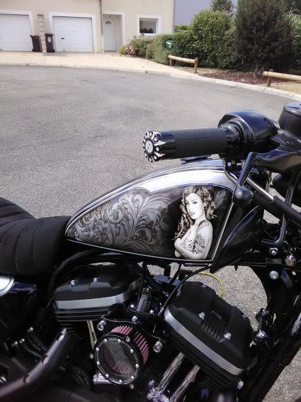 moto-sportster-graphix-bleu-custom-aerographie (4)