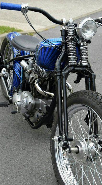 moto-triumph-bleu-flake-lowrider-custom-aerographie (1)