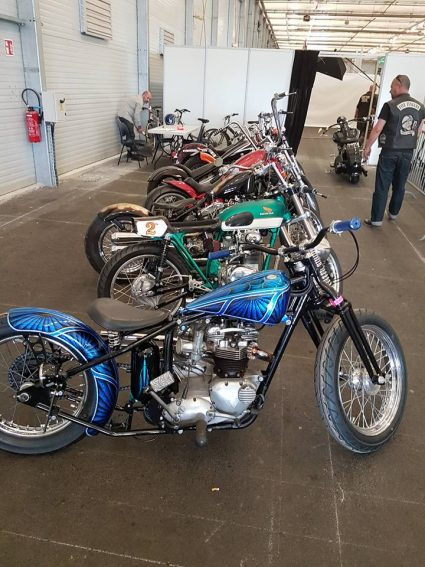 moto-triumph-bleu-flake-lowrider-custom-aerographie (3)