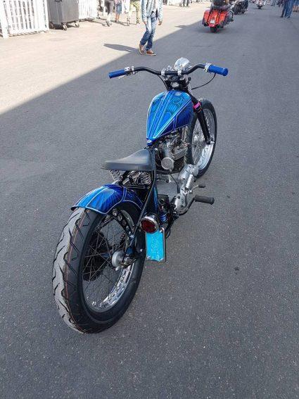 moto-triumph-bleu-flake-lowrider-custom-aerographie (6)
