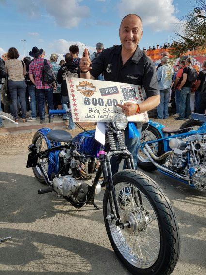 moto-triumph-bleu-flake-lowrider-custom-aerographie (9)