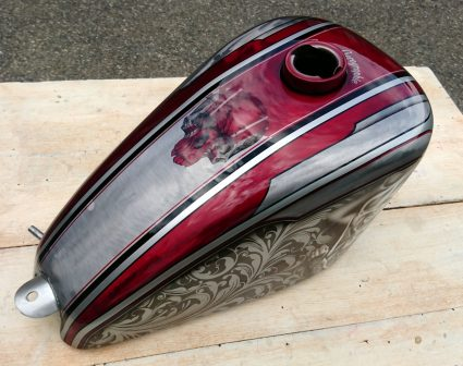 sportster-graphique-metal-brut-rouge-candy-filigree-crane-custom-aerographie (1)