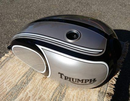 triumph-bonneville-gris-metalisé-noir-blanc-custom-aerographie (1)-001