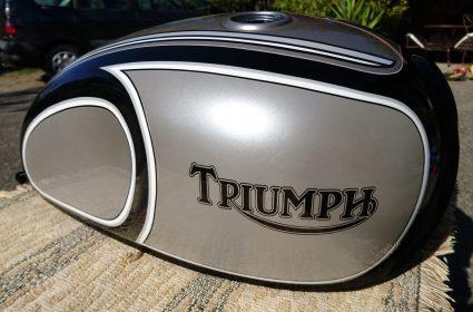 triumph-bonneville-gris-metalisé-noir-blanc-custom-aerographie (2)-001