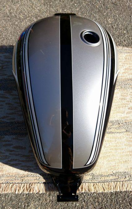 triumph-bonneville-gris-metalisé-noir-blanc-custom-aerographie (3)-001