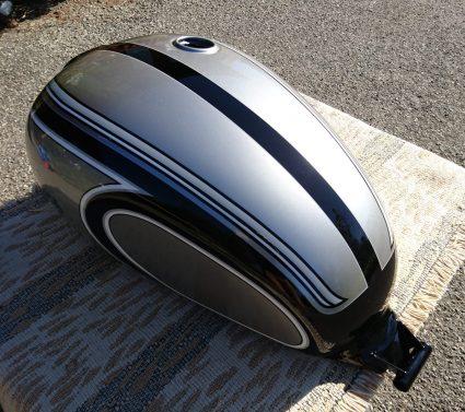 triumph-bonneville-gris-metalisé-noir-blanc-custom-aerographie (4)-001