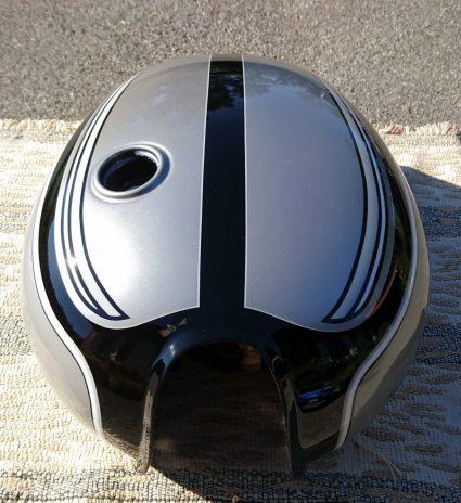 triumph-bonneville-gris-metalisé-noir-blanc-custom-aerographie (6)-001