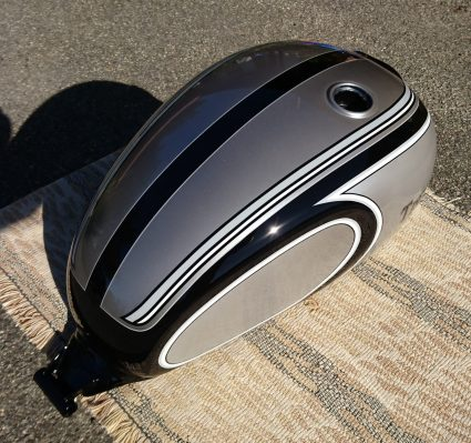 triumph-bonneville-gris-metalisé-noir-blanc-custom-aerographie (7)-001