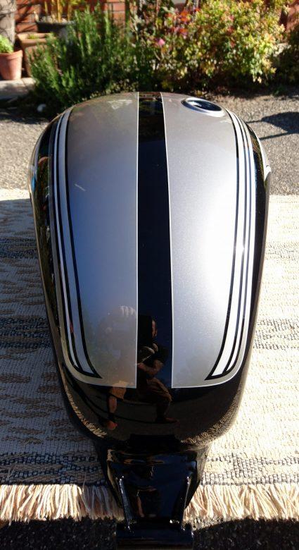 triumph-bonneville-gris-metalisé-noir-blanc-custom-aerographie (8)-001